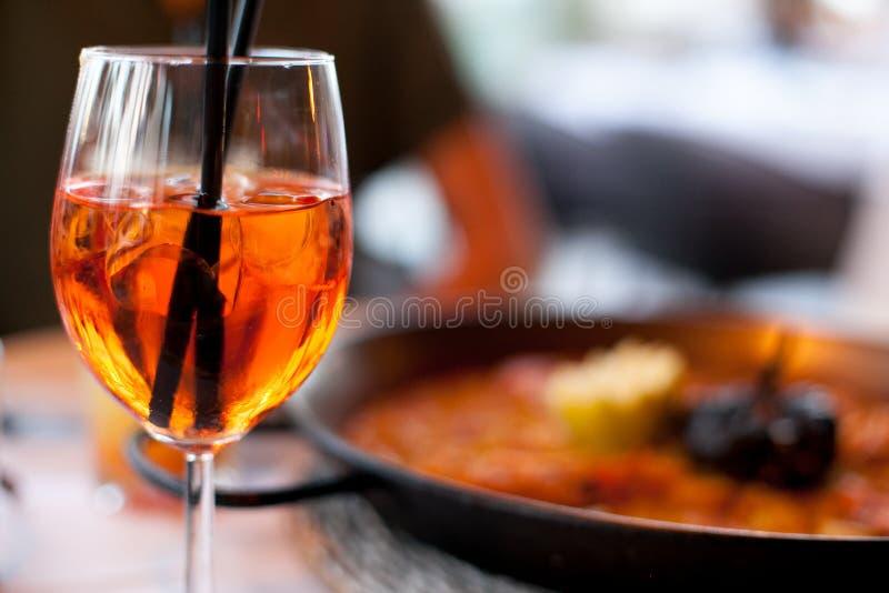 O vidro do aperol spritz o fim da bebida longa do cocktail acima, aperitivo fresco do verão, refeição de noite, jantar imagens de stock