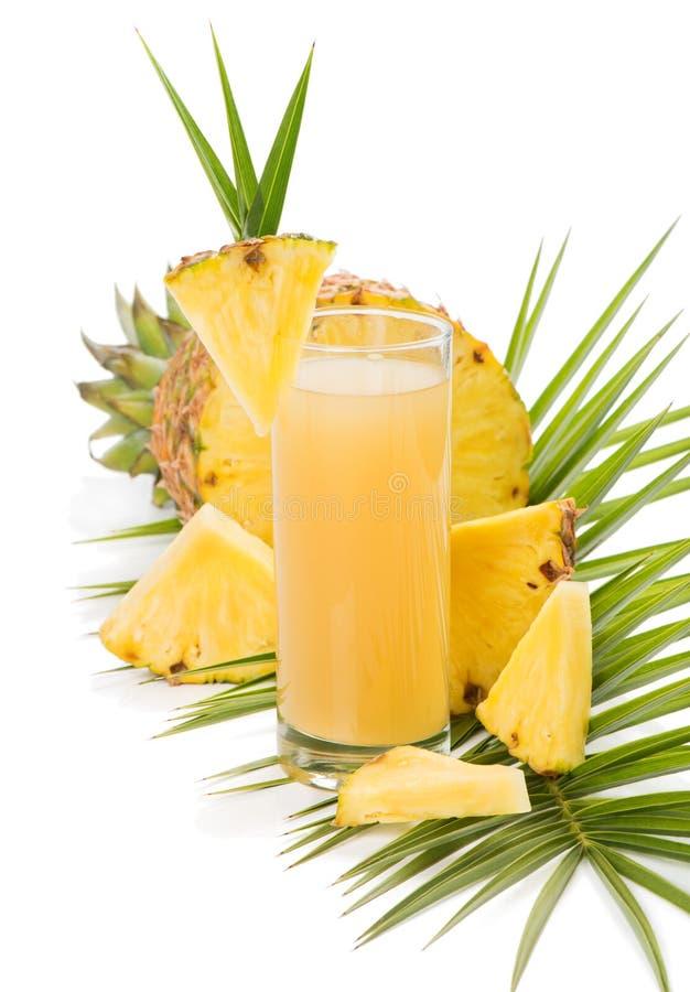 O vidro do suco de abacaxi fresco e o abacaxi frutificam foto de stock royalty free