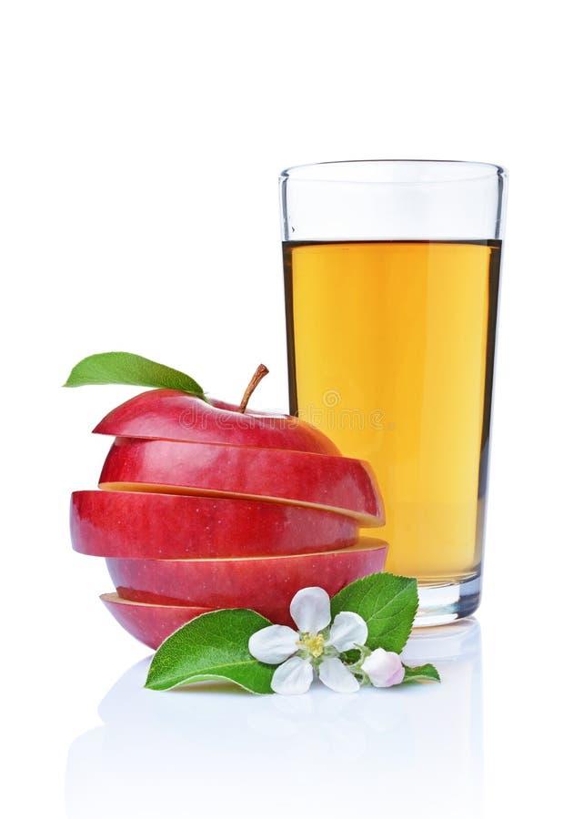 O vidro do suco orgânico fresco e da maçã vermelha com folhas e mola floresce imagens de stock royalty free