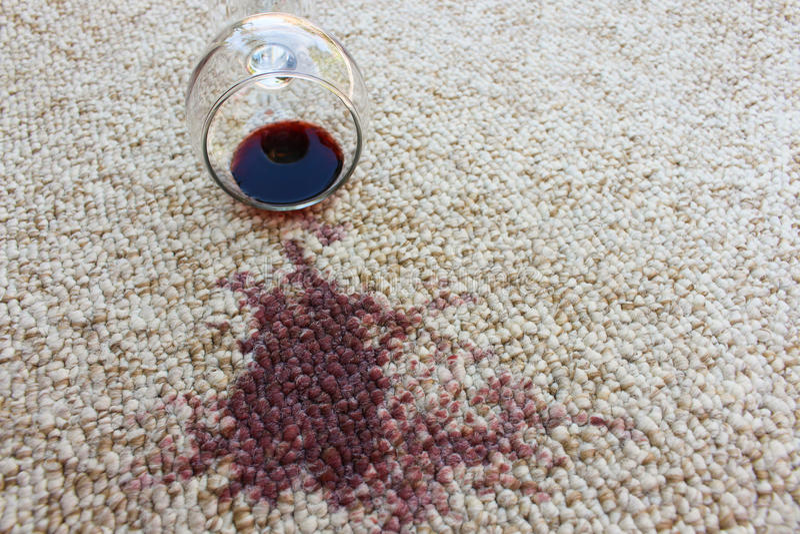 O vidro do vinho tinto caiu no tapete, fotos de stock royalty free