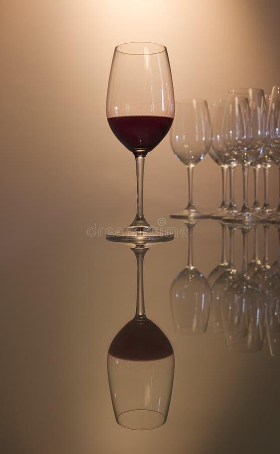 O vidro do vinho vermelho com reflete fotografia de stock royalty free