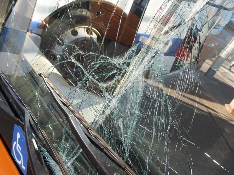 O vidro frontal inquebrável danificou pelo impacto em um transporte público fotografia de stock royalty free