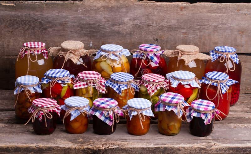 O vidro range o close-up com frutas e legumes fotos de stock