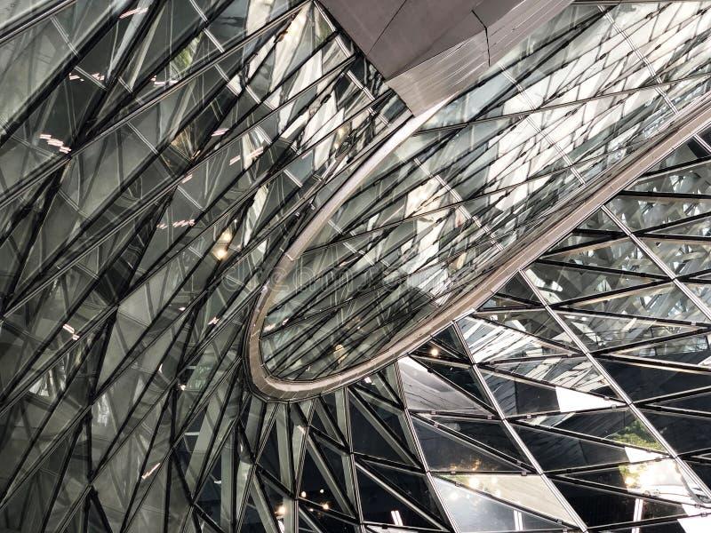 O vidro reduz o projeto paramétrico da parede fotografia de stock