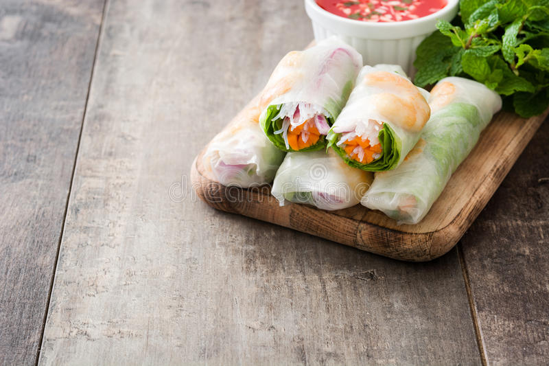 O vietnamita rola com vegetais, macarronetes de arroz e camarões fotografia de stock royalty free