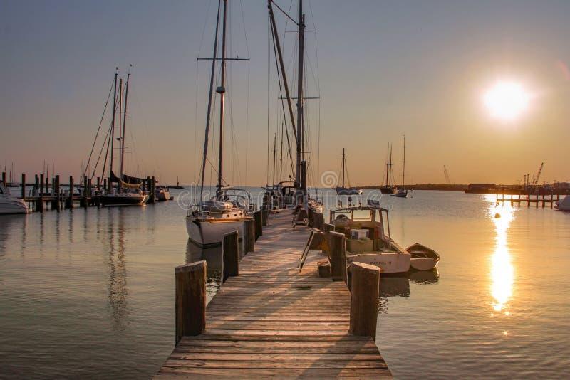 O vinhedo de Marthas, miliampère/uniu estados 29 de maio de 2016: Barco de vela e barco de motor amarrado à doca Martha' vin imagens de stock