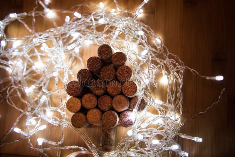 O vinho arrolha a árvore de Natal dada forma na tabela de pedra Vista superior com espaço da cópia para seu texto fotografia de stock