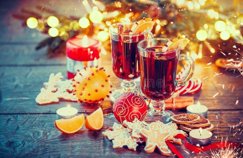 O vinho ferventado com especiarias Natal no feriado decorou a tabela foto de stock royalty free