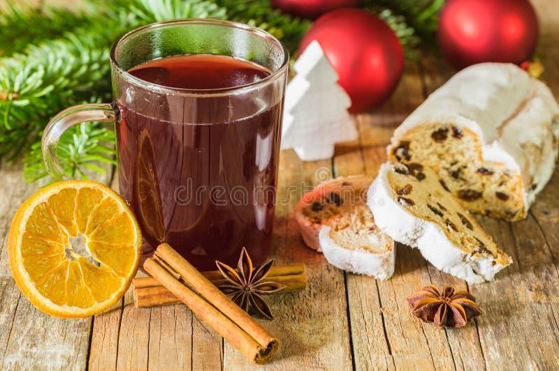 O vinho ferventado com especiarias quente e o Natal tradicional stollen fotografia de stock