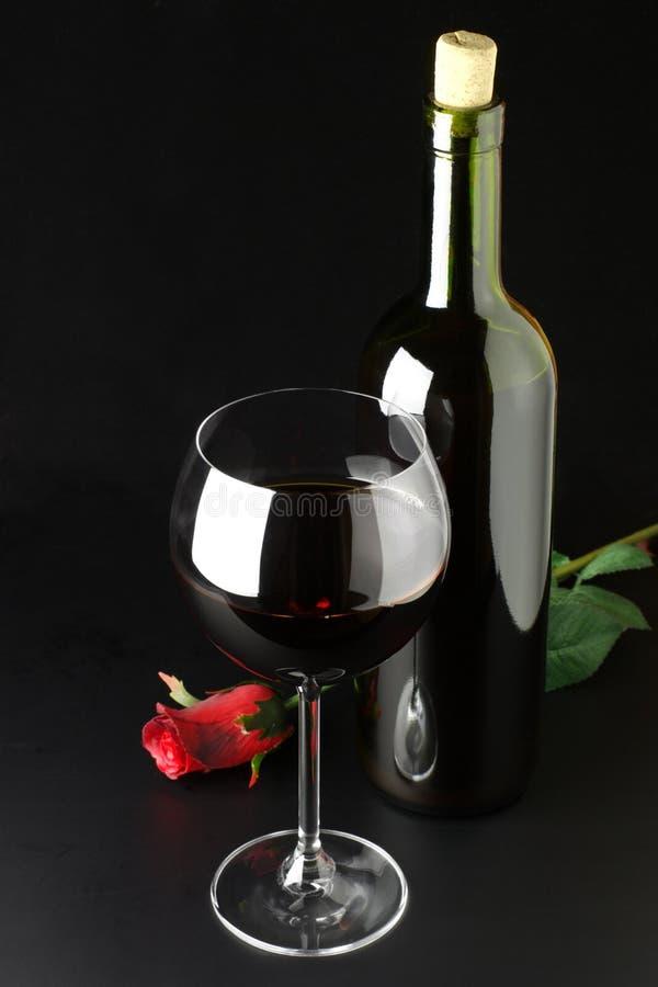 Download O Vinho Vermelho E Levantou-se Foto de Stock - Imagem de escuro, ainda: 10051170