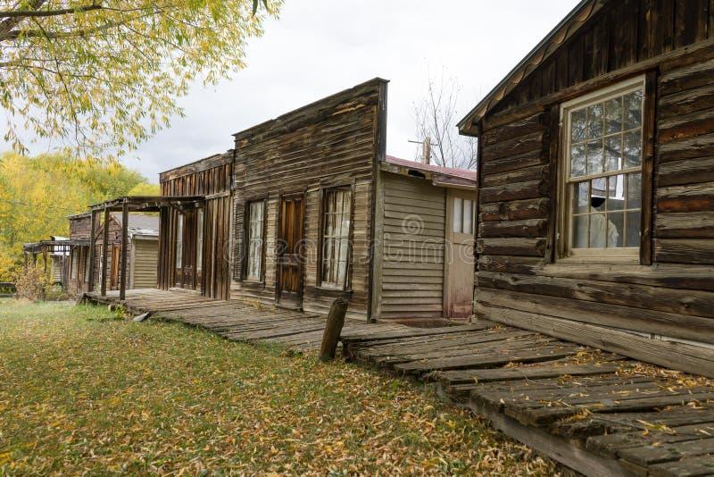O vintage abandonou construções na cidade montana EUA de nevada foto de stock