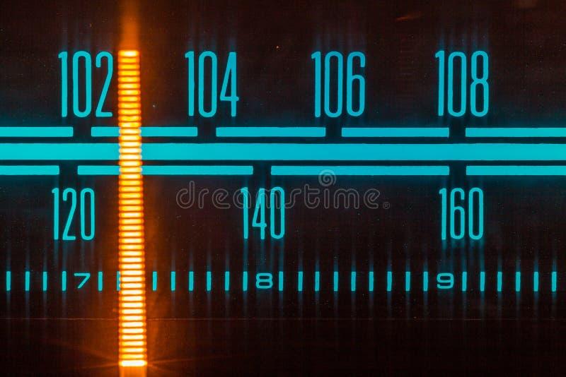 O vintage de rádio do afinador, o seletor análogo FM/AM fecha-se acima fotos de stock royalty free