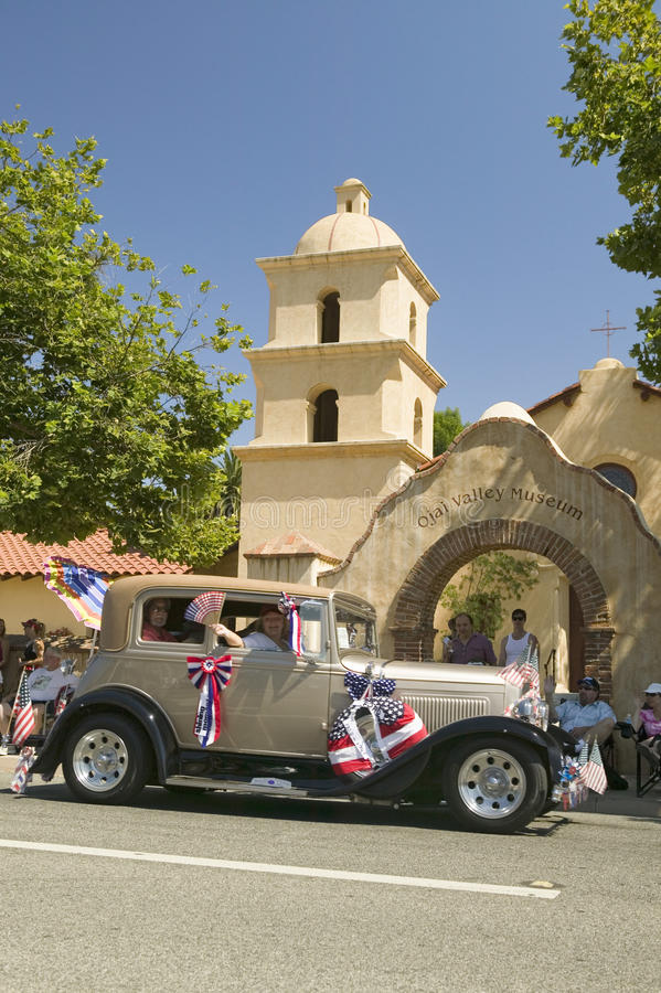 O vintage decorado festivo Rolls Royce faz sua rua principal da maneira para baixo durante um quarto da parada de julho em Ojai,  fotografia de stock royalty free