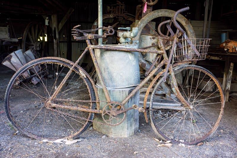O vintage derramou com a bicicleta oxidada velha fotografia de stock