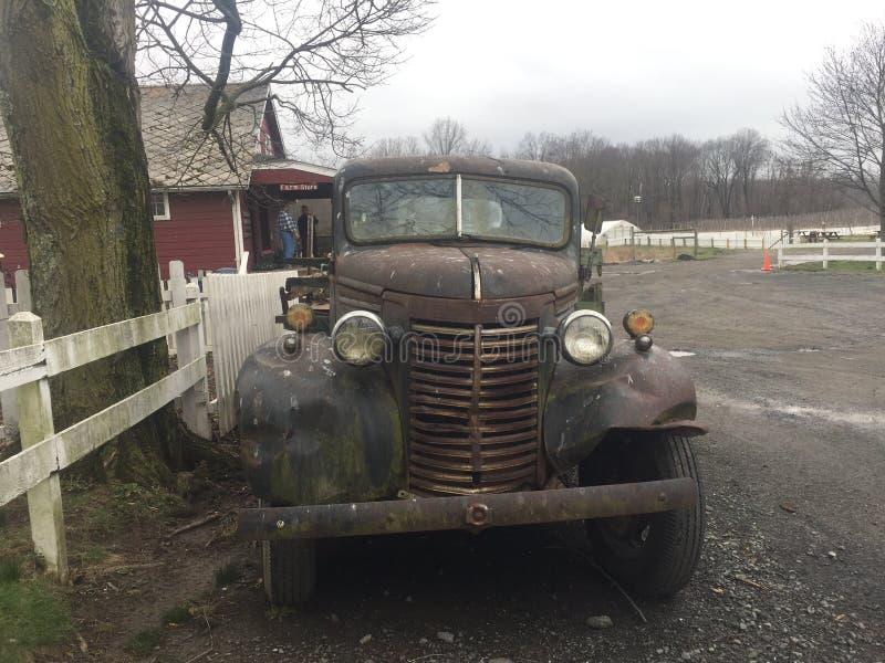 O vintage dilapidou camionete na exploração agrícola foto de stock
