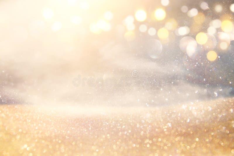 O vintage do brilho ilumina o fundo ouro de prata e claro de-focalizado imagem de stock