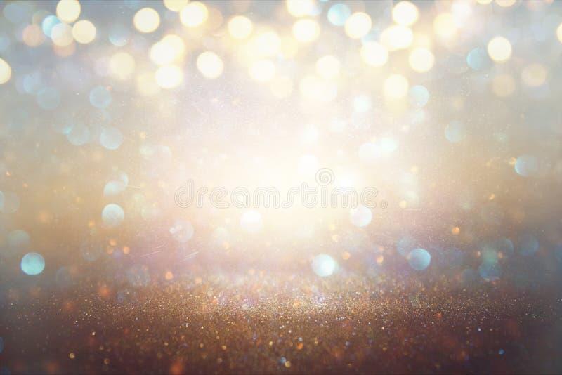 O vintage do brilho ilumina o fundo prata e ouro claros defocused