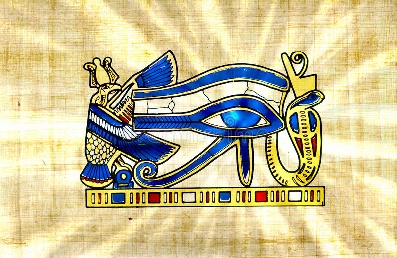 O vintage dourado do olho de Horus no papiro com sol do Ra irradia foto de stock royalty free
