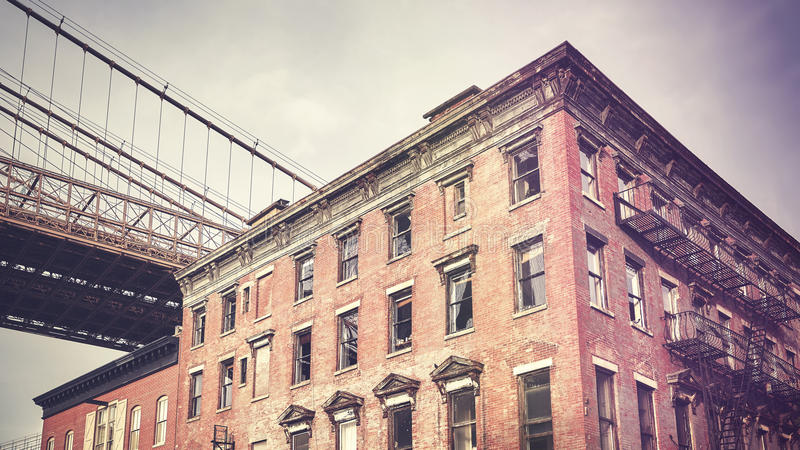 O vintage estilizou a construção velha na vizinhança de Dumbo, New York fotografia de stock royalty free