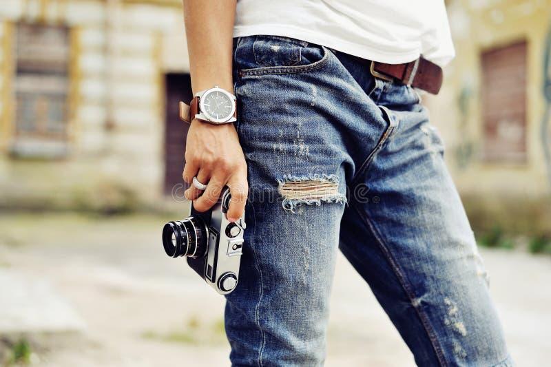 O vintage estilizou a foto da mão do fotógrafo da jovem mulher com imagem de stock