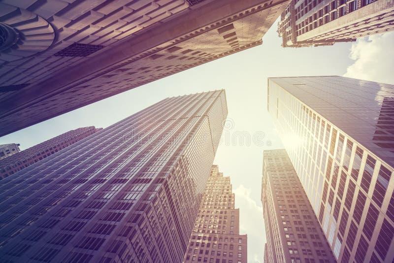 O vintage estilizou a foto dos arranha-céus em Manhattan no por do sol, NY fotografia de stock