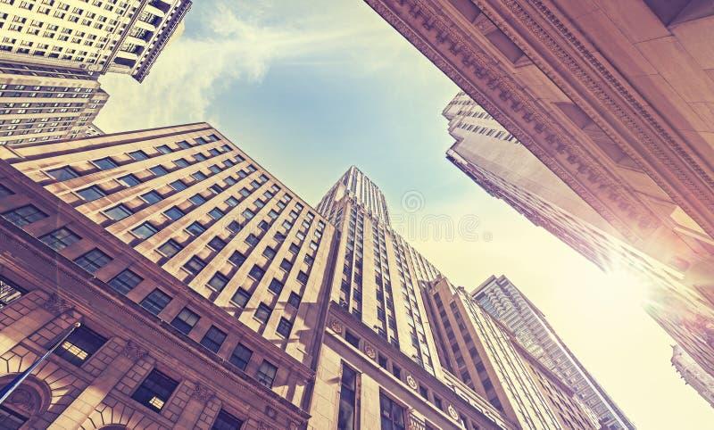 O vintage estilizou Wall Street no por do sol com efeito do alargamento da lente, N imagem de stock