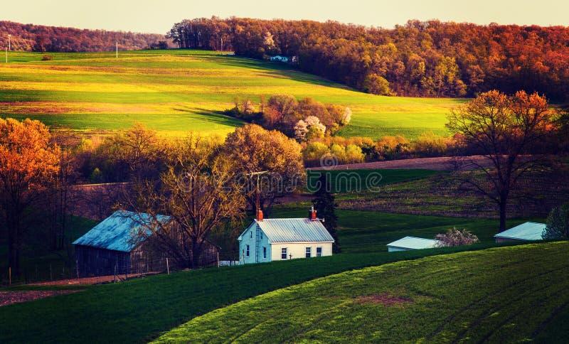 O vintage processou a foto de campos e de casas de exploração agrícola em Yor do sul fotos de stock royalty free