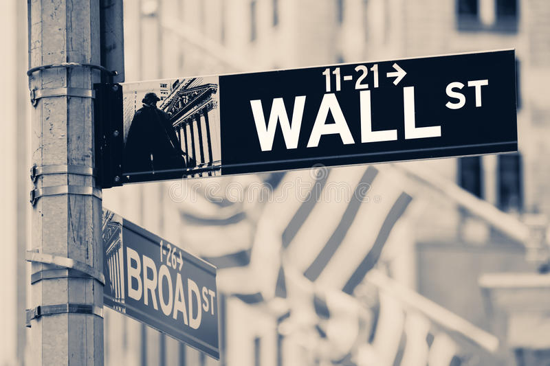 O vintage que olha Wall Street assina dentro New York City imagem de stock royalty free