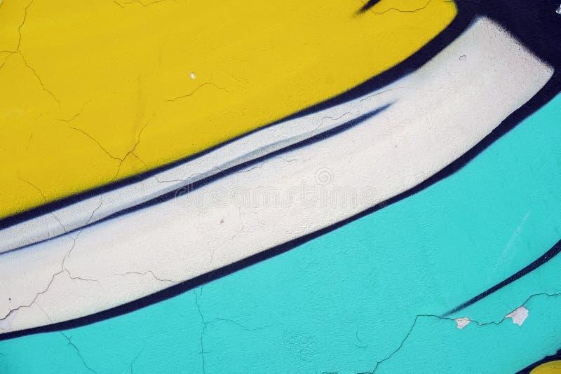 O vintage resistiu à superfície concreta da parede, textura de descascamento amarela, branca, azul da pintura Fundo moderno, test imagens de stock royalty free