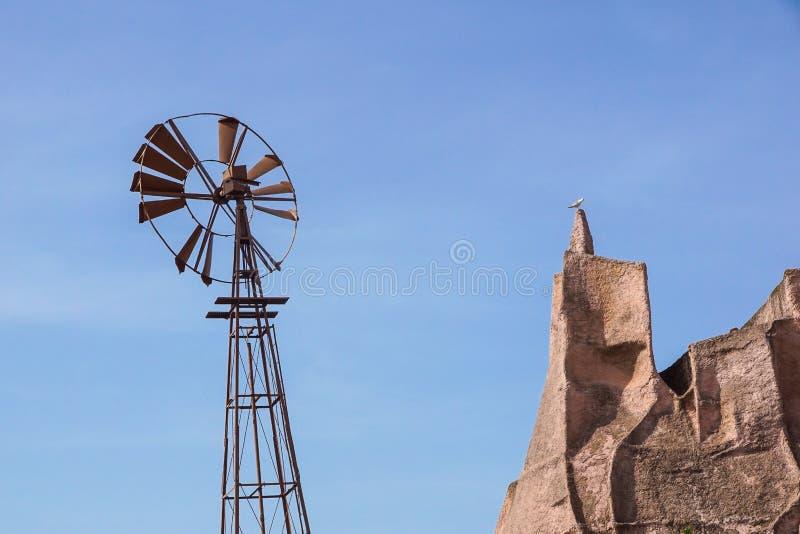 O vintage tonificou a foto de uma torre ocidental velha do moinho de vento, símbolo ocidental selvagem americano fotos de stock