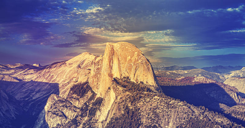 O vintage tonificou o por do sol acima da rocha da abóbada da metade em Yosemite imagem de stock royalty free