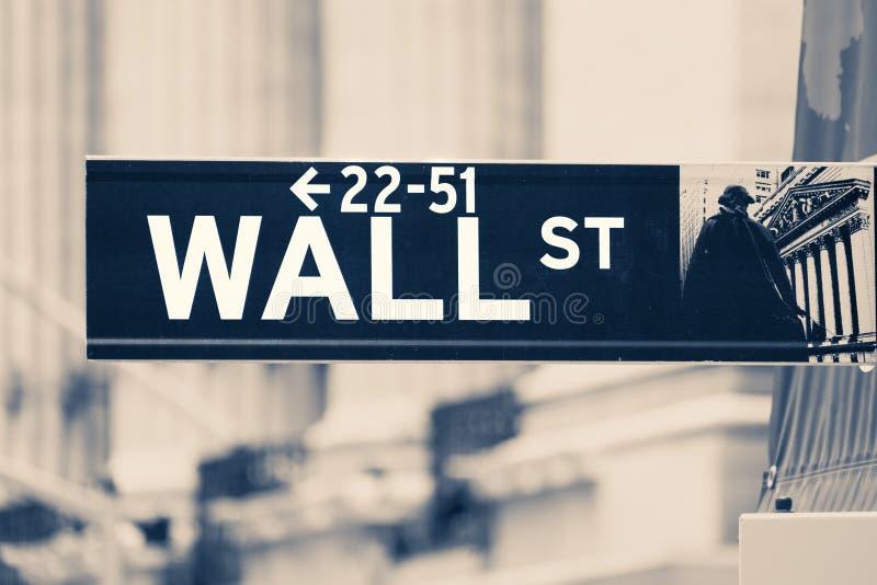 O vintage tonificou o sinal de Wall Street fotos de stock
