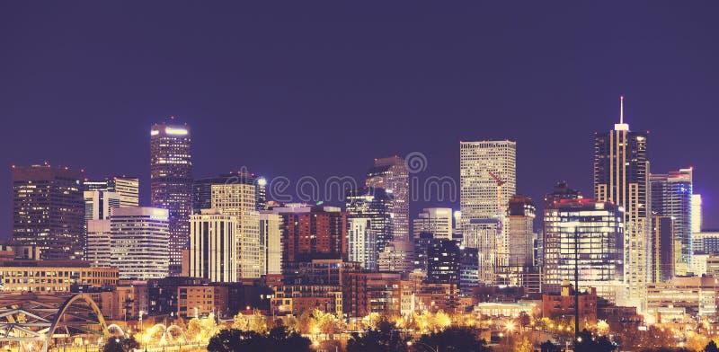 O vintage tonificou a skyline do centro na noite, EUA de Denver fotos de stock royalty free