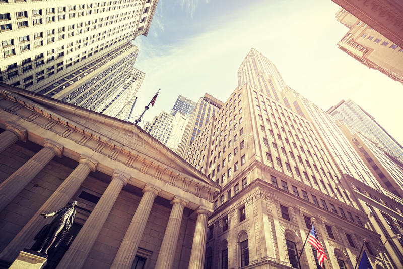 O vintage tonificou Wall Street no por do sol, NYC imagem de stock royalty free