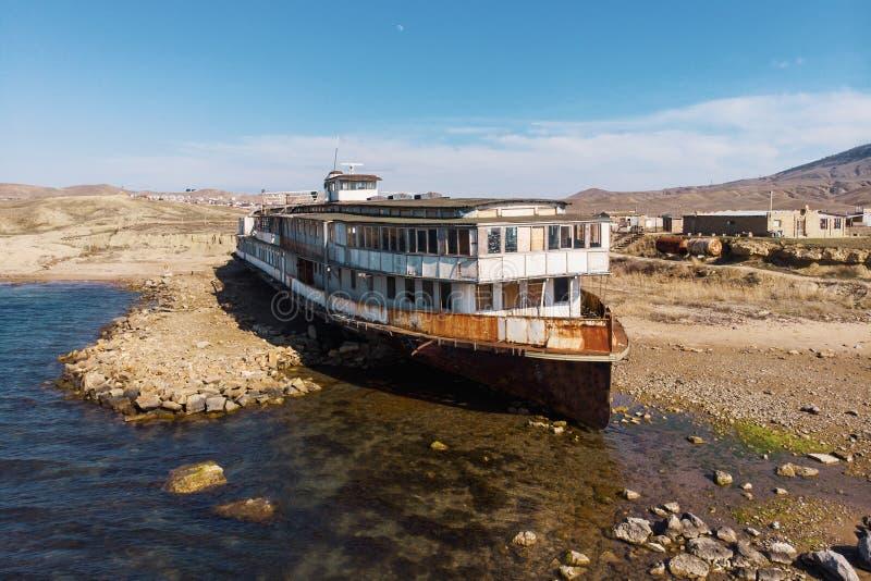 O vintage velho abandonou o navio oxidado corrido encalhado ap?s a costa de mar dos muitos tempos do naufr?gio h? na praia da are imagem de stock
