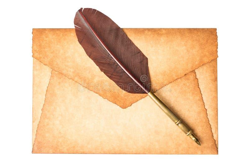 O vintage velho queimou a letra do envelope com a pena da pena de pena isolada em um fundo branco imagem de stock