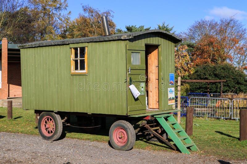 O vintage verde velho shepherds a cabana imagens de stock