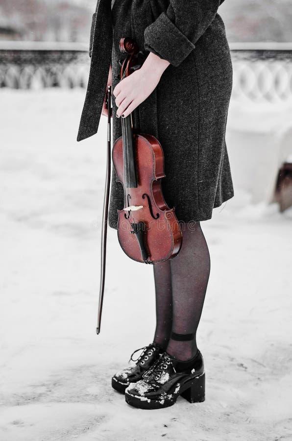 O violino é abaixado ao assoalho perto dos pés fotos de stock royalty free