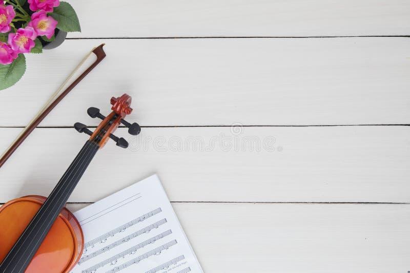 O violino clássico com música nota a folha fotos de stock royalty free