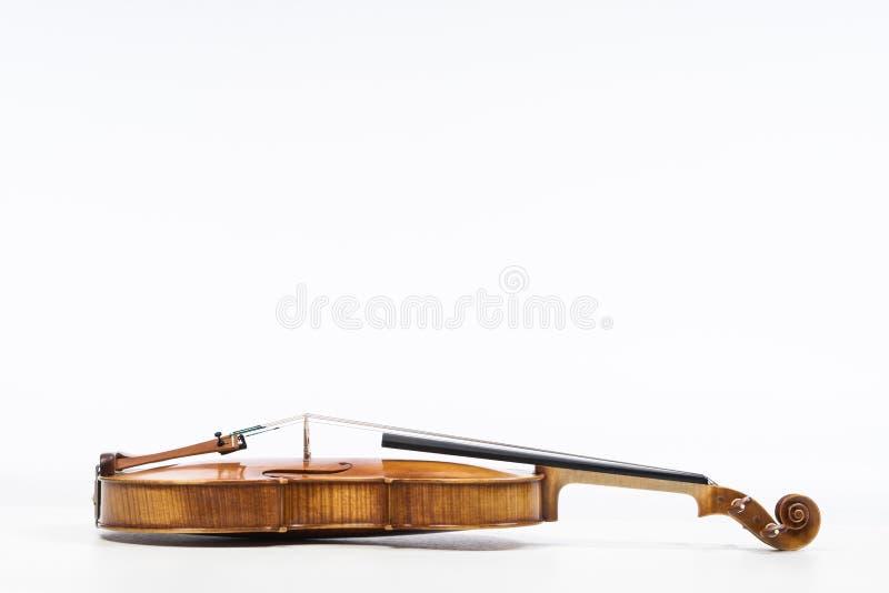 O violino velho, isolado no fundo branco Viola, instrumento para a música imagem de stock