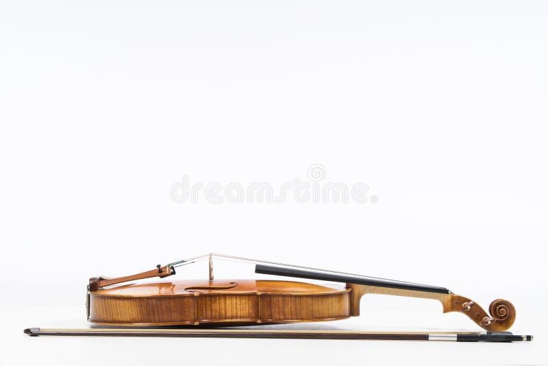 O violino velho, isolado no fundo branco Viola, instrumento para a música imagem de stock royalty free