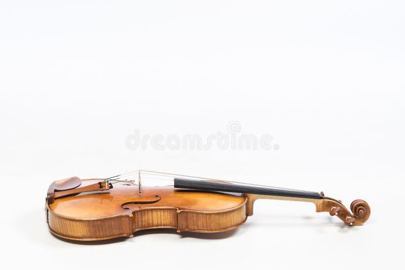 O violino velho, isolado no fundo branco Viola, instrumento para a música fotos de stock