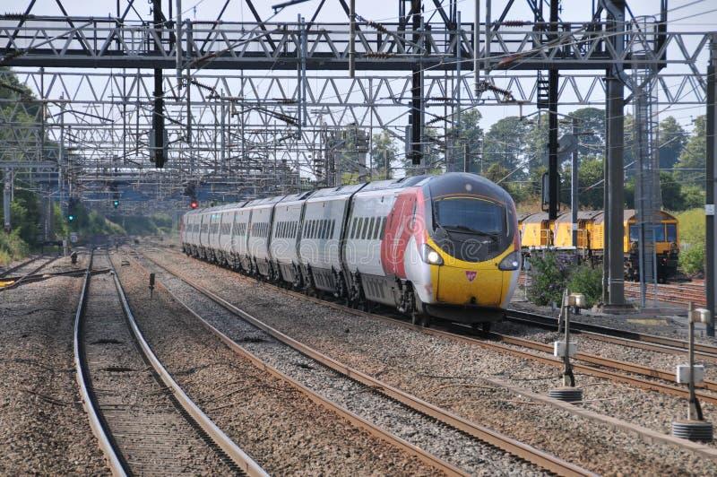 O Virgin treina 125 mph Pendolino na velocidade foto de stock