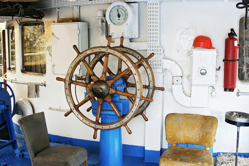O volante velho do navio foto de stock
