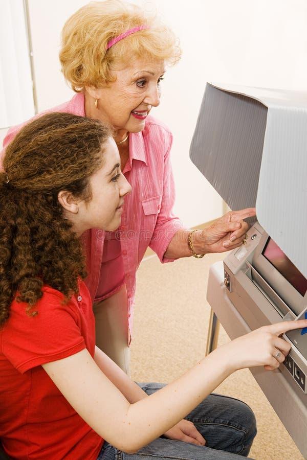 O voluntário ajuda o eleitor foto de stock