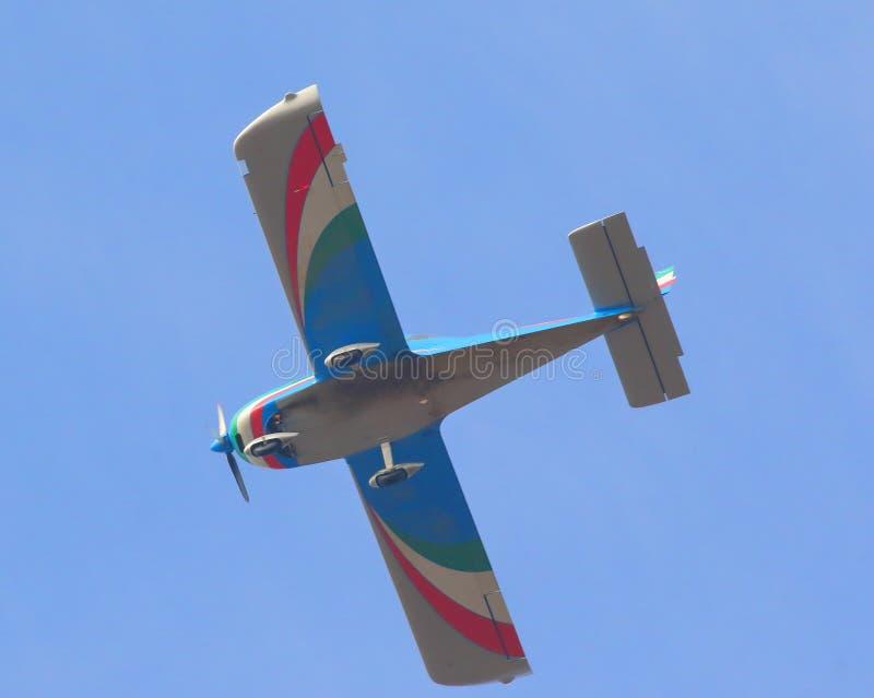 O voo de um avião com cores italianas fotos de stock royalty free