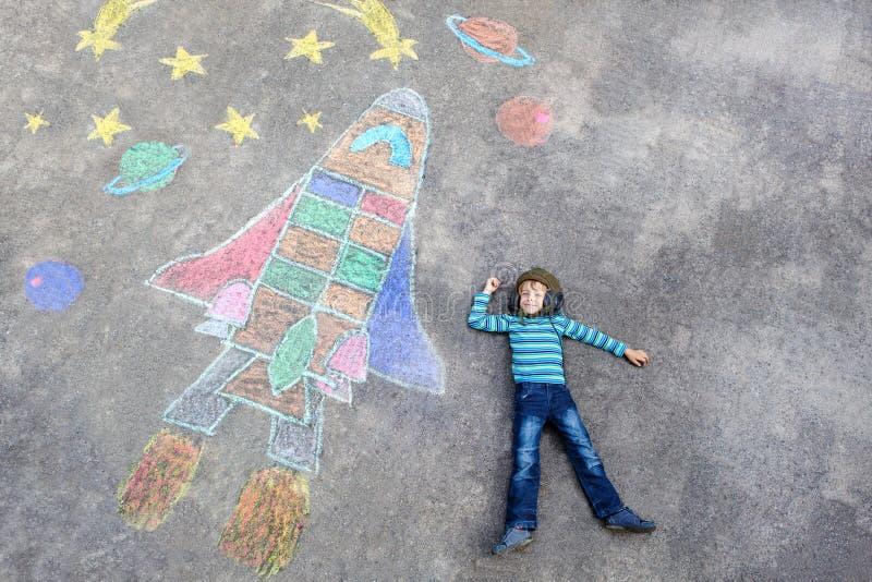 O voo do menino da criança por um vaivém espacial risca a imagem fotografia de stock