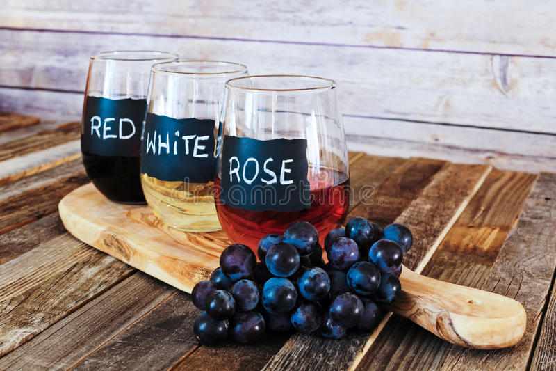 O voo do vinho de três cores em vidros da etiqueta fecha-se acima fotos de stock