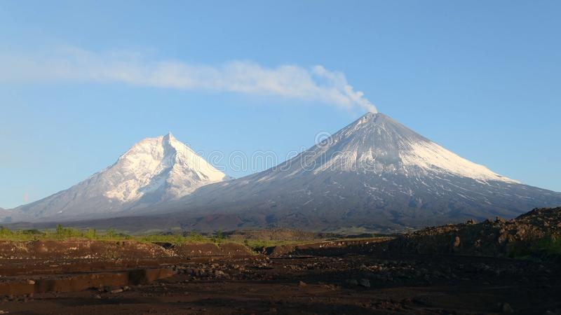 O vulcão de Kamchatka Monte de Klyuchevskaya A natureza de Kamchatka, de montanhas e de vulcões imagens de stock