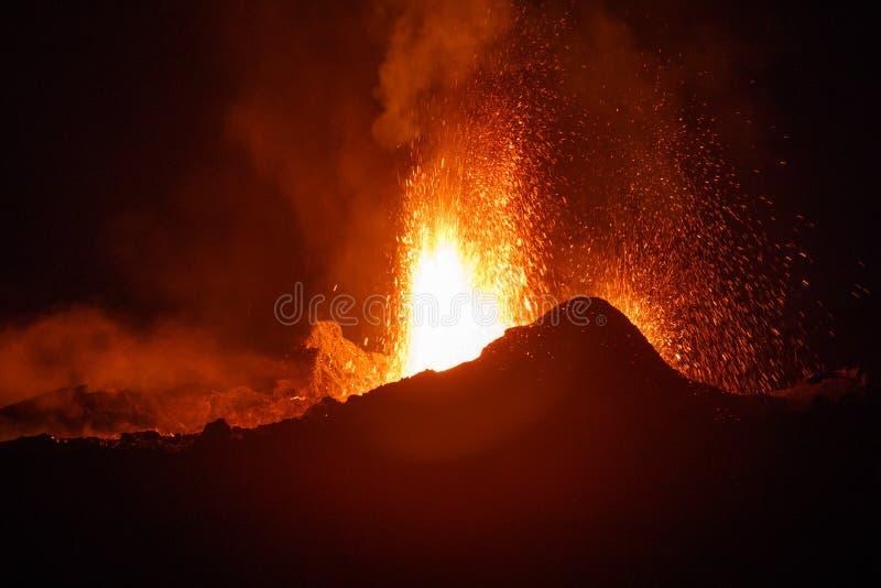 O vulcão de la Fournaise do pitão durante uma erupção em Reunion Island foto de stock